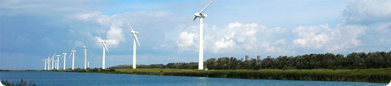 vindkraftverk vid strandkant